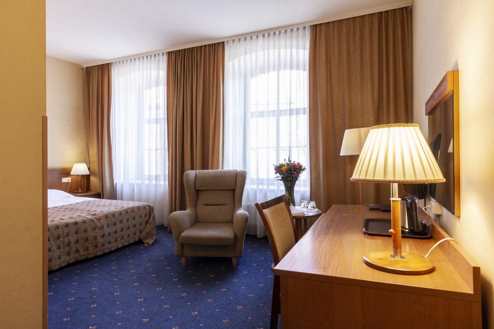 Geresnis kambarys į gatvę su dvigule lova